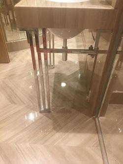 Вид сбоку на консоль для раковины в ванной комнате