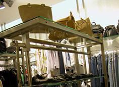 Рейлы со стеклянными полками для магазина одежды