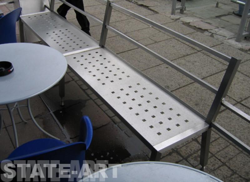 Скамейки в летнем баре