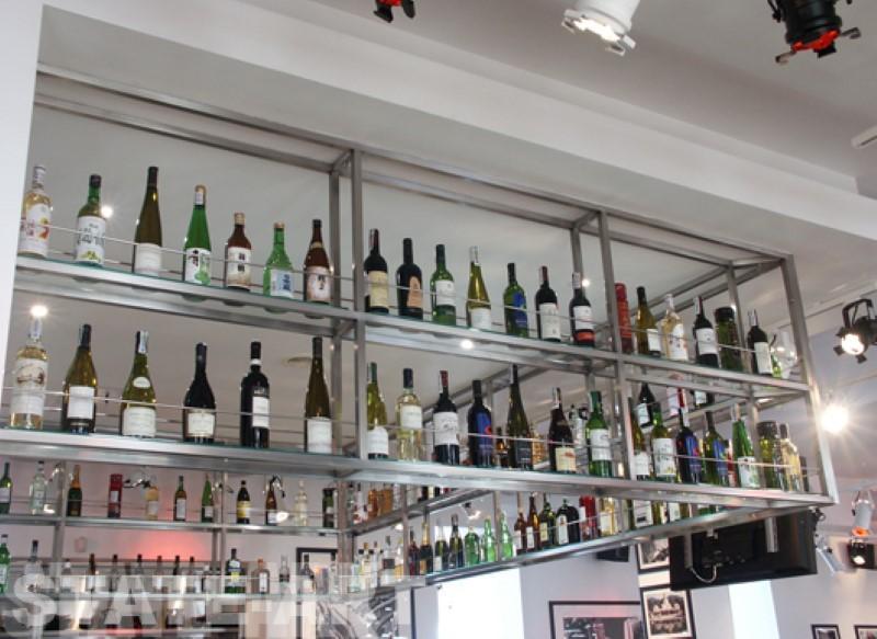 навесные потолочные полки из нержавейки над баром