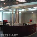 оформление колонны декоративными панелями и потолочные рейла для светильников