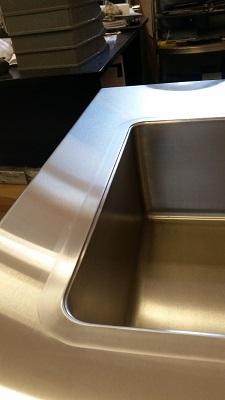 Пример интеграции металлических раковины и столешницы