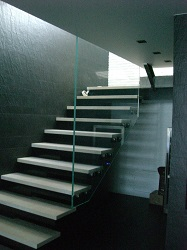 Консольная лестница на нержавеющих каркасных опорах