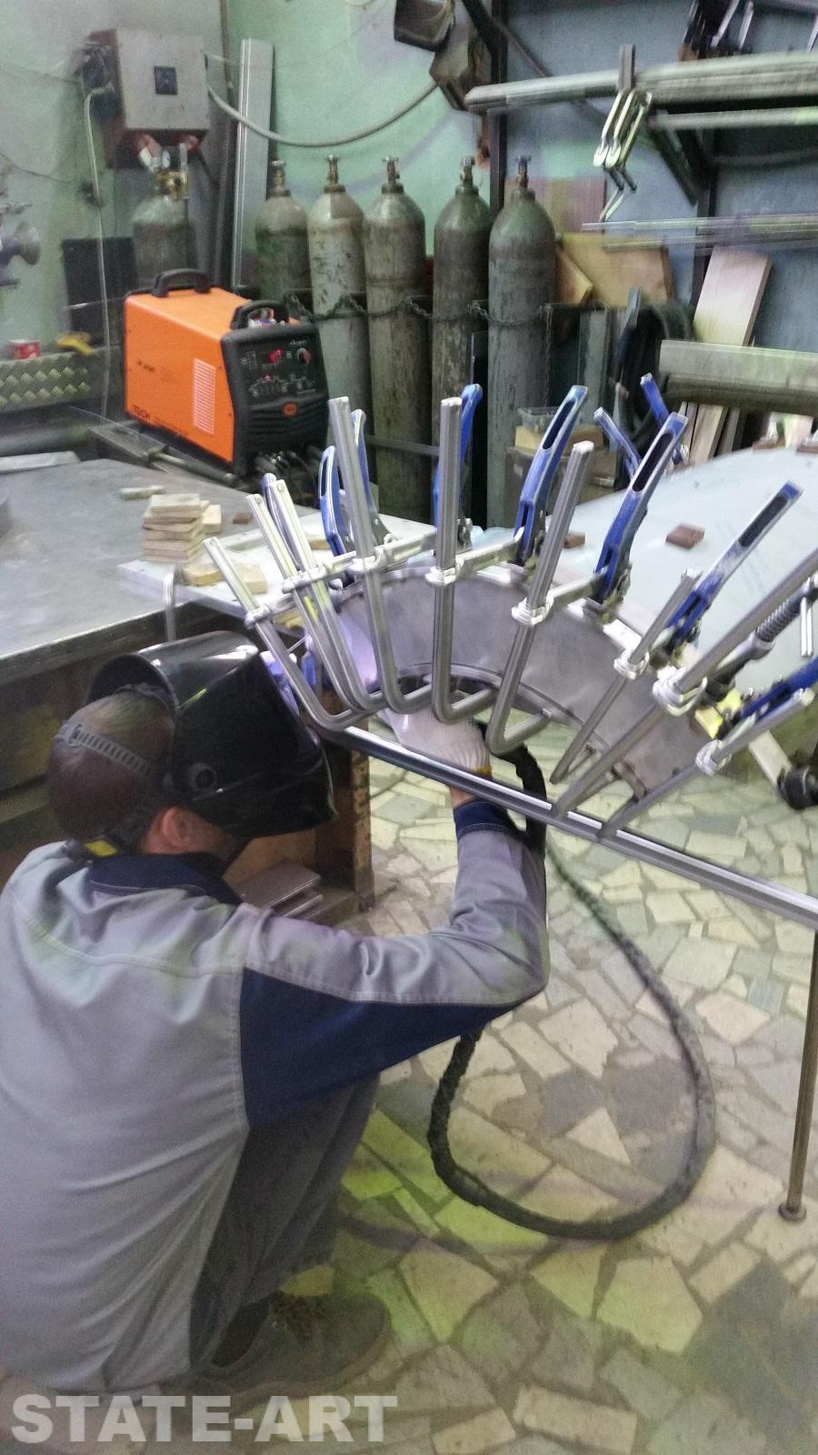 Вид на процесс сборки изогнутой секции пилона из нержавейки