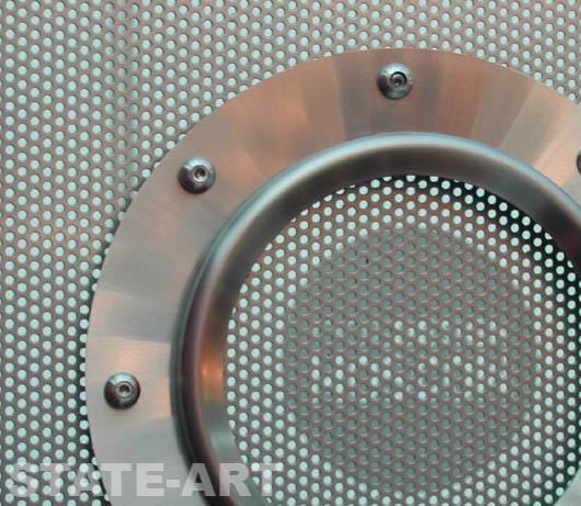 Использование перфорированного металлического листа в декоративной перегородке