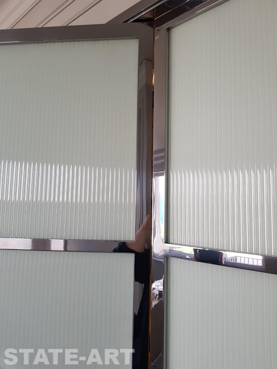 Вид на место крепления скрытой петли в зеркальный витраж.