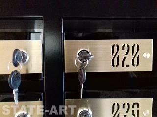 Латунные номерные шильдики на черном стекле